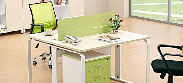 带线槽的办公桌