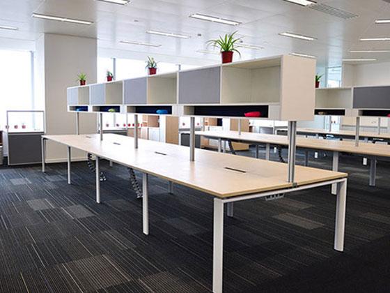 如何用屏风式办公桌来打造一个小办公室?